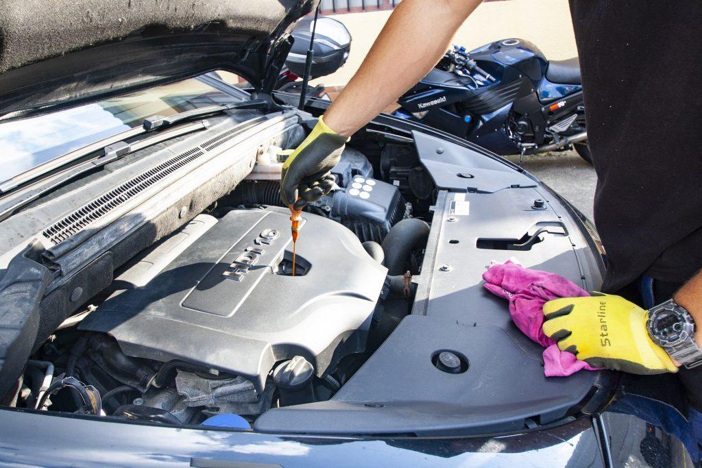 el cambio de aceite para la lubricación de las piezas