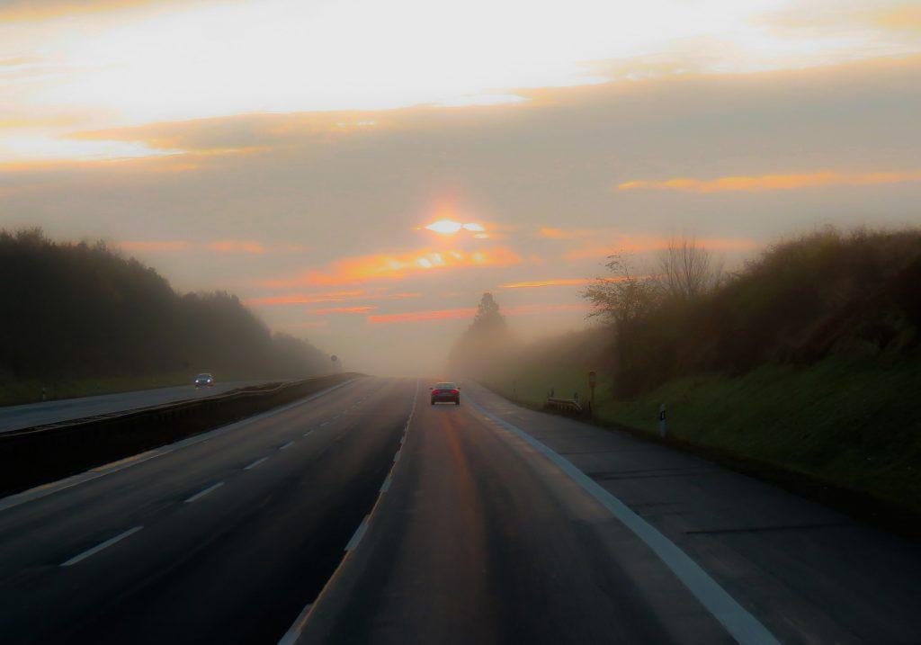 peligros de conducir con niebla